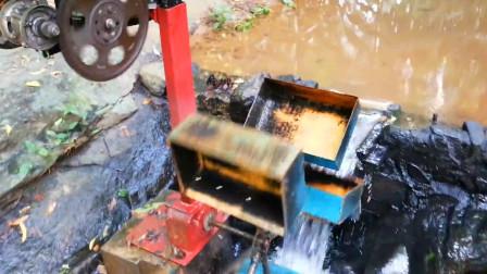 牛人自制的小型水力发电机,家里的电费直接省了!