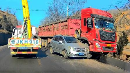 交通事故合集:小车错过路口随意变道,大货车避让失败殃及池鱼