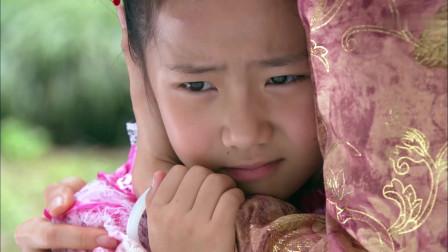 女儿一回到妈妈身边,就让妈妈帮她夹头发,春云哭着帮女儿夹头发