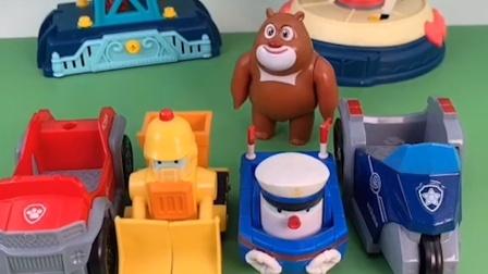 熊大看到狗狗汪汪队的汽车,他就挨个上去坐,可是人家还有任务呢