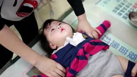 爸爸带小胖妞去医院打针,宝宝一脸茫然浑然不知,一针下去表情亮了
