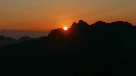 神奇日出:太阳沿着山坡滚上去,3分钟完4倍速华山日出全程