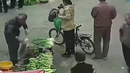 监控拍下人性的自私,大妈正在买菜,谁会相信这一切!