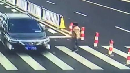 监控拍下小车不礼让路人,路人伸手吓唬车主,结果惹怒车主被殴打!