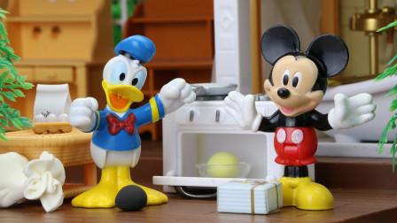 米奇妙妙屋里,唐老鸭请米老鼠帮忙做蛋糕