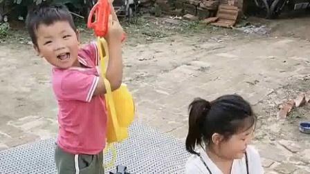 搞笑萌娃:妈妈,没有水