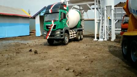 工程车搅拌车运输水泥去铺路 创意玩具