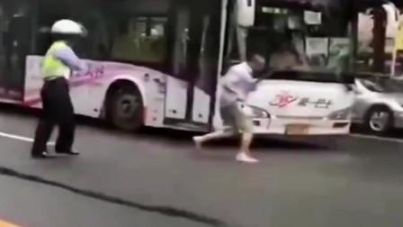 大爷路上碰瓷被交警抓现行,没想到却弄假成真,真是个惨痛的教训!