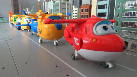 超级飞侠玩具,大号的乐迪带领着大家有序排列,依次起飞