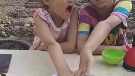 童年的记忆:姐妹俩搞笑吃面条
