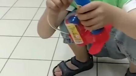 童年的记忆:小萌娃拿的打气筒好漂亮
