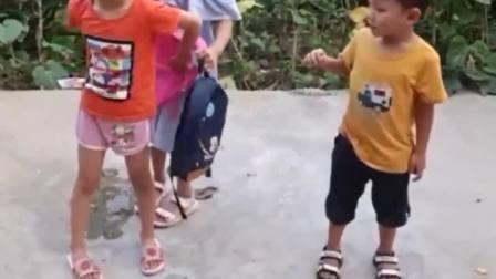 童年的记忆:小手牵大手,牵着一起走