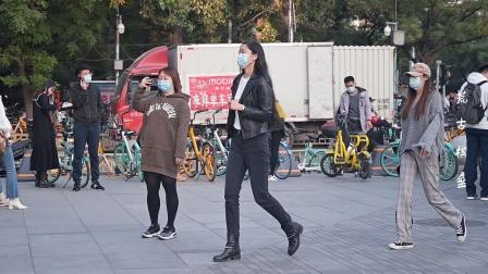 穿着牛仔裤,搭配短靴,很多人会选择平底款式,轻松不累