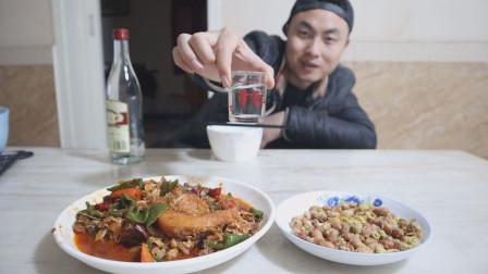 一瓶白酒,一盘红烧鱼,一盘花生米,一个人在家,慢慢吃,慢慢喝