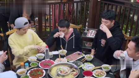鹿晗节目中吃火锅敬酒,有谁注意到他敬酒姿态?素质装不出来