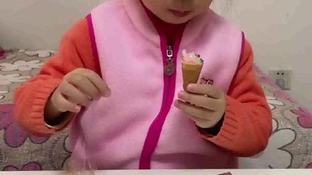 搞笑萌娃:和妈妈一起做冰激凌