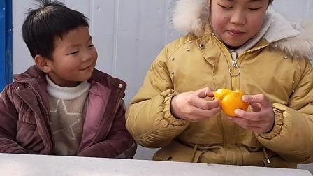 搞笑萌娃:我来吃橘子喽
