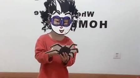 童年的记忆:宝贝带着大蜘蛛出来玩咯