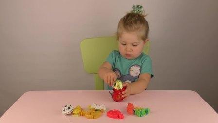 萌娃小可爱和妈妈一起玩玩具,小可爱把所有的玩具都找到了