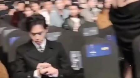 张若昀出席活动,一直看手表是不走针了吗?