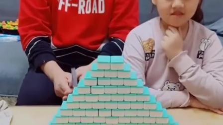 童年的记忆:宝贝和爸爸堆了一个金字塔