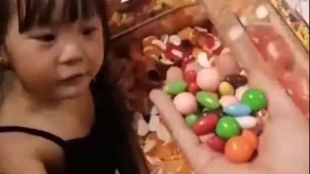 难忘趣事:超市糖果真多呀,丫丫爱吃巧克力豆