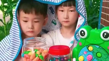 天真的童年:姐姐和弟弟披着毯子干嘛呢