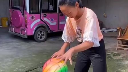 天真的童年:姐姐在院子里打球呢