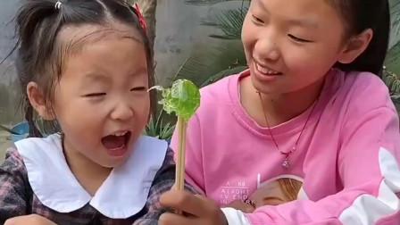天真的童年:姐姐教妹妹说什么呢