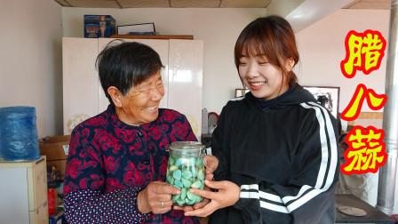 寒冬腊月,晓儿和奶奶一起做腊八蒜作为下饭小菜,脆爽开胃真美味