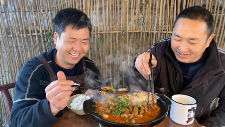 """3斤鮰鱼,两米猪大肠,做""""肥肠鱼火锅"""",和大哥猛吃,不要太爽"""