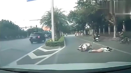 短裙女孩骑电动车上班,突然不对劲了,监控拍下无语的一幕!