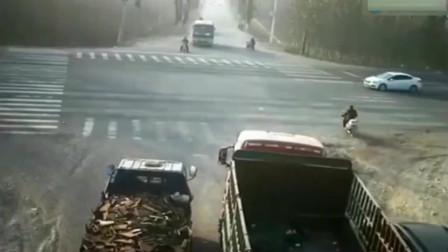 监控:大货车不断警告,可是已经刹不住了,电动车付出惨痛代价!