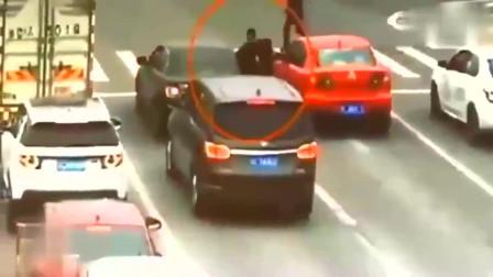 监控:女司机等红灯时扔下车就跑,调取监控,才知道她有多么机智。