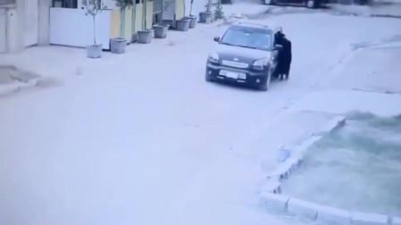 监控:女子独自步行回家,要不是监控拍下,没人知道她的经历!