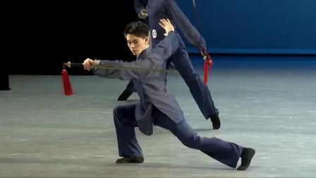 北京舞蹈学院男班剑舞,帅气!