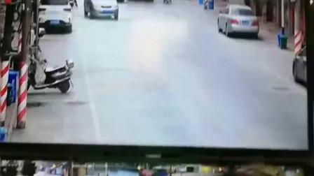 大货车:说了无数次也不听!为什么一定要和大货车抢行呢?