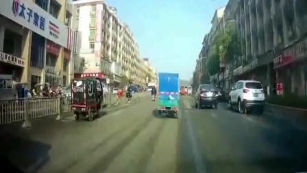 大货车:大货车强行变道,大白天遇见惊魂一幕。