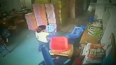 监控:老板娘正在仓库休息,进来一名送货员,监控拍下她胆大的画面。