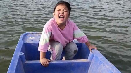 搞笑萌娃:我妈妈在那边养鱼呢