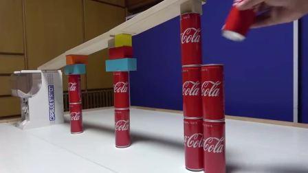 益智玩具:饮料罐和积木轨道组装出彩球跑道