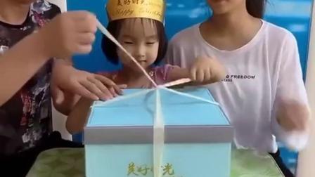 梦幻童年:爸爸和姐姐一起给朵朵过生日
