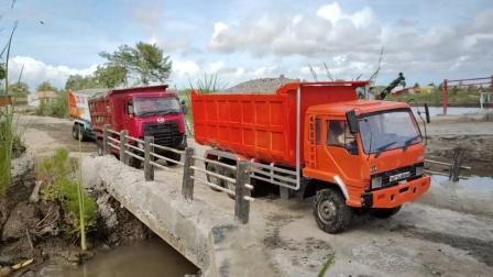 挖掘机帮助自卸卡车装满泥土