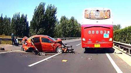 交通事故合集:弯道盲区超速行驶,结局不言而喻