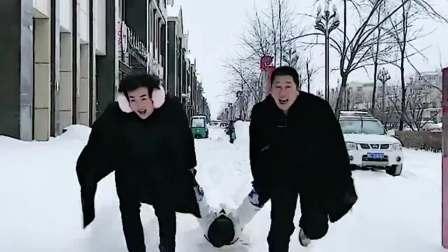 你们两个是玩雪还是玩我呢