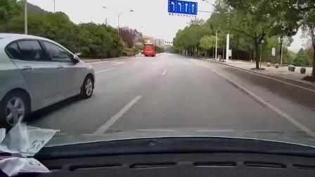 监控:这丰田车主是高手,要不是有监控,开车技术目测至少10年驾龄