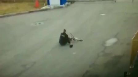 监控:一条狗能把他撞成这样?要不是监控,我也不信。