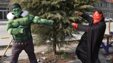 奥特曼真人版:怪兽破坏树木,绿巨人出现阻止它