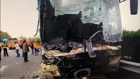中国近期惨烈的车祸集锦#4:大巴车司机高速上低头玩手机追尾大货车