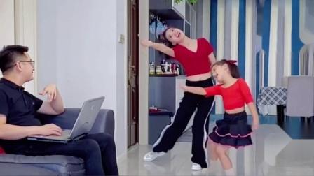 自从女儿学了舞蹈后,媳妇也喜欢上跳舞